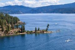 木盆小山和湖鸟瞰图  库存图片