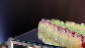 木盆用绿色和红色鱼子酱 股票视频