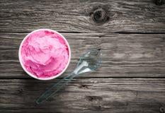 木盆莓果在一张土气木桌上的冰淇凌 免版税库存图片