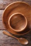木盘和匙子在一个土气样式 垂直的顶视图 图库摄影