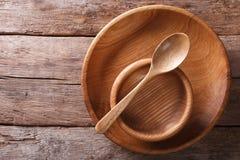 木盘和匙子在一个土气样式 水平的顶视图 库存照片