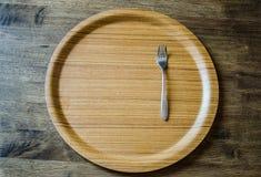 木盘和叉子顶视图在被风化的木背景 免版税图库摄影
