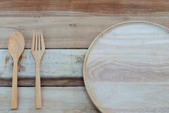 木盘和木头在木桌上分叉 文本空间 免版税图库摄影