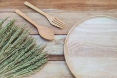 木盘和木头在木桌上分叉 文本空间 免版税库存照片