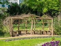 木眺望台和长凳在公园 免版税图库摄影