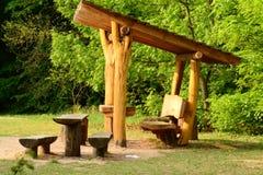 木眺望台和长凳 库存照片