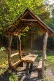 木眺望台在公园,早期的秋天 免版税库存照片