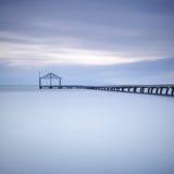 木码头或跳船剪影和日落的蓝色海洋 库存图片