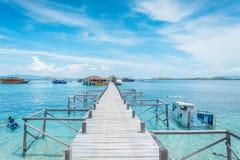 木码头的看法从卡娜娃海岛海岸的  免版税库存图片