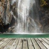 木码头和瀑布 免版税库存照片