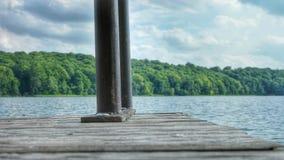 木码头或跳船有一金属用栏杆围的带领的入湖 库存图片