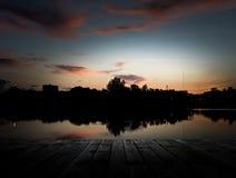 木码头的风景在都市的 库存照片