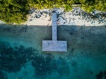 木码头顶视图空中射击在有白色沙子的热带海洋 库存照片