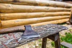 木砍刀或轴为修建从木材杉木和裂片的木屋使用在地面上 库存照片