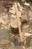 木砍的轴和木柴日志 免版税库存图片