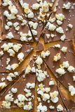 木砧板和残破的巧克力 免版税库存图片