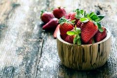 木碗新鲜的草莓 免版税库存图片
