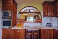 木碗柜在厨房里 免版税库存图片