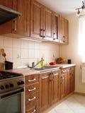 木碗柜的厨房 免版税库存照片