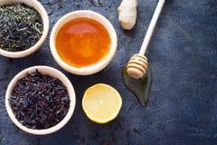木碗用一块干茶和新鲜的蜂蜜、柠檬和姜  库存图片
