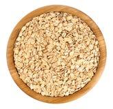木碗用在白色背景隔绝的燕麦 免版税库存照片