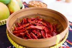 木碗用在街道市场的红辣椒 免版税库存图片