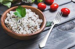 木碗用煮熟的白色长粒和水菰 免版税库存照片