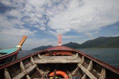 木移动的小船第一人景色有海景和清楚的天空的,探索海洋,传统长尾巴小船的透视, 库存照片