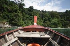 木移动的小船第一人景色有海景和清楚的天空的,探索海洋,传统长尾巴小船的透视, 库存图片