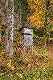 木稳定的狩猎盲目的狩猎在森林掩藏 免版税库存图片