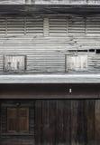 木窗口和古董木头墙壁 库存图片