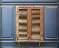 木窗口和蓝色墙壁 图库摄影