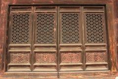 木窗口和雕塑工作在t东部皇家坟茔  免版税库存图片