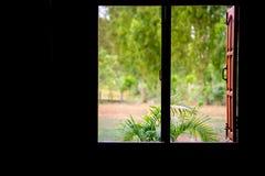 木窗口在一个黑暗的壁角大阳台家 库存照片