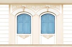 木窗口葡萄酒颜色深蓝在hous的桃色的墙壁上 免版税图库摄影
