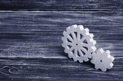 木立场齿轮在黑暗的木背景的 技术的概念 库存照片