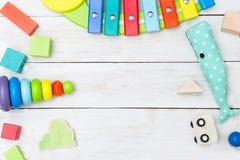 木立方体和一条金字塔和玩具鲸鱼在一白色木backg 库存图片