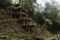 木竹小屋房子在森林里 免版税图库摄影