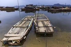 木筏和小船在河 免版税库存照片