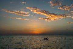 木筏的人们在扎达尔,克罗地亚享受在海的日落 免版税库存图片