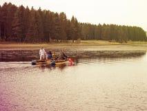 木筏的游人 库存图片