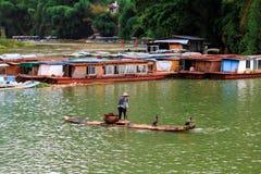 木筏的老人穿过李河 库存照片