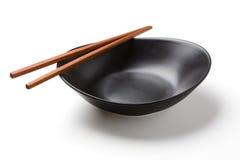 木筷子和黑碗 图库摄影