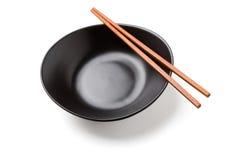 木筷子和黑碗 免版税库存图片