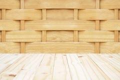 木简单被编织的墙壁(框架选择的焦点的中心)和木头 免版税库存图片