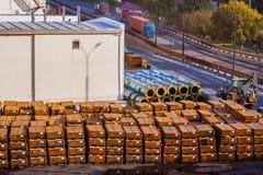 木箱在货物终端 图库摄影