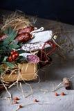 木箱用蒜味咸腊肠香肠、快餐和开胃菜用花揪 免版税图库摄影