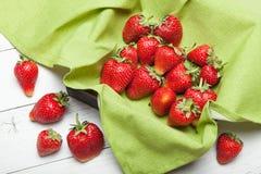木箱顶视图用草莓,明亮的新鲜水果,文本的拷贝空间 库存图片