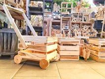 木篮子和装饰木头 免版税库存照片