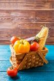 木篮子照片与秋天菜的 库存图片